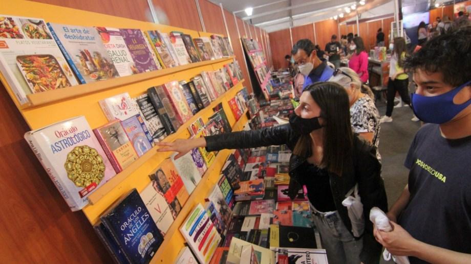 Hasta la medianoche se podrán recorrer los puestos de libros en Neuquén. Foto: Oscar Livera