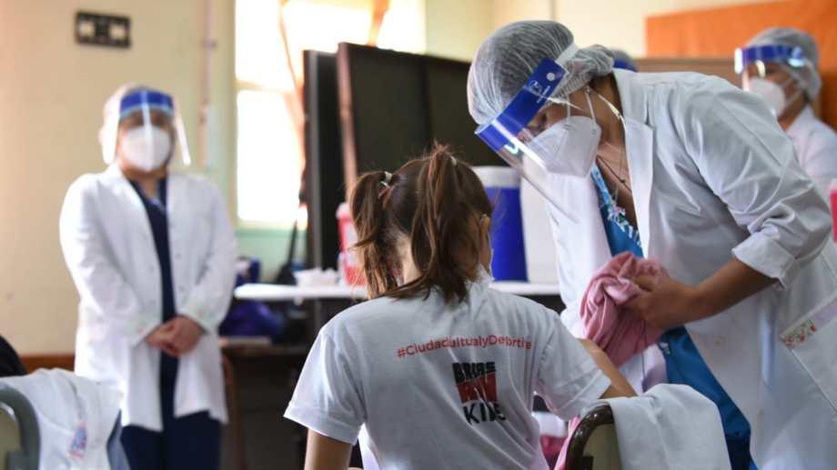 Este martes comenzó la vacunación a niños y niñas en Neuquén. El puntapié inicial fue en las escuelas. (Florencia Salto)