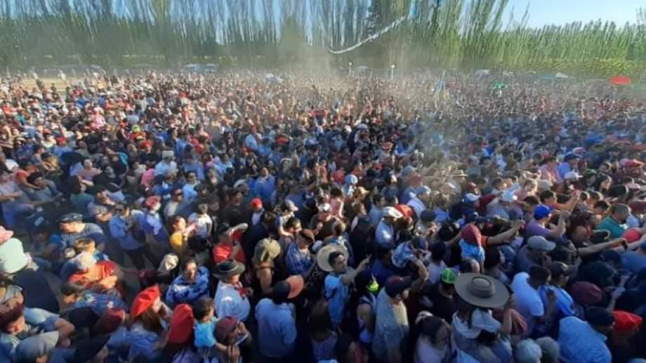 Una multitud bailó con Sole Vera y Los Pampas en el cierre de las jineteadas. Foto: Gentileza De Los Santos.