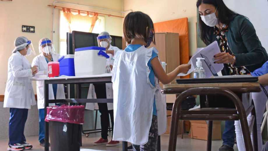 El gobierno neuquino confirmó 21 escuelas para el inicio del plan vacunatorio pediátrico. Foto: Florencia Salto