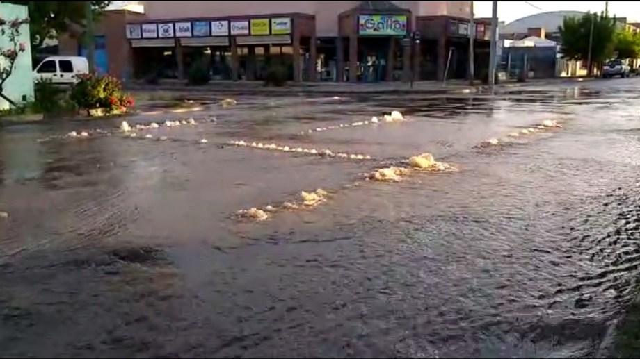 Así brotaba el agua esta mañana en Colón y Periodistas Argentinos de Viedma.