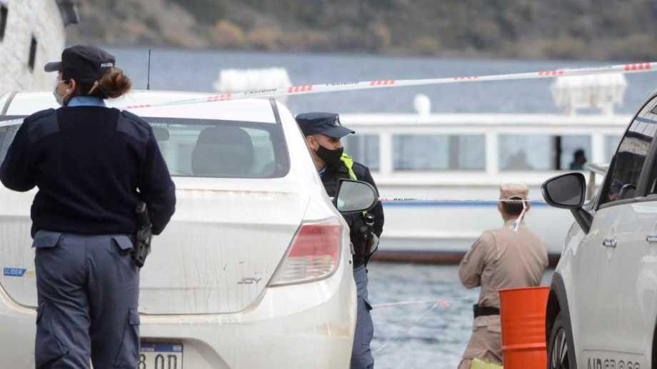 El cuerpo fue retirado del lago Lácar y no se lo pudo reanimar. Foto: Patricio Rodríguez