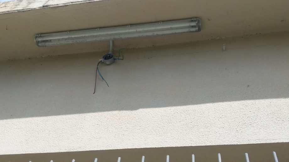 Los ladrones se llevaron más de 60 metros de cables del patio de la escuela  N° 35. foto: gentileza
