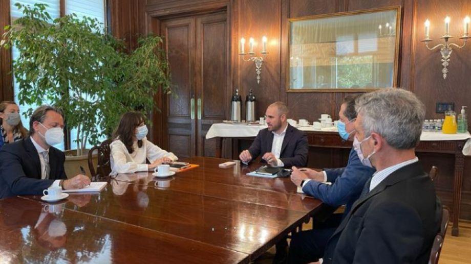 El ministro, el titular del BCRA, Pesce, y autoridades del FMI, en la embajada argentina.