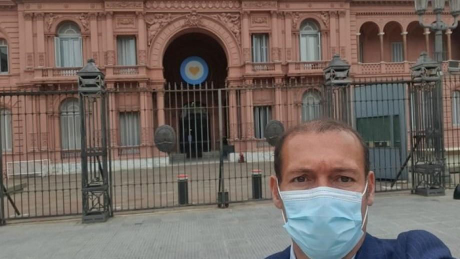 Antes de ingresar a la Casa Rosada el gobernador Omar Gutiérrez expresó sus expectativas. (Neuquén informa)