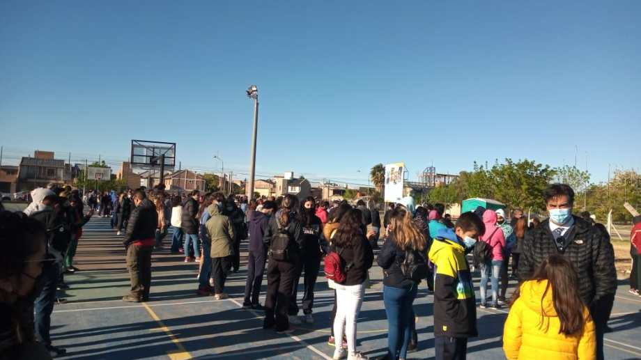 Hoy comenzó la vacunación a demanda para adolescentes en Neuquén y desde temprano hay largas colas en el estadio Ruca Che. (Gentileza)