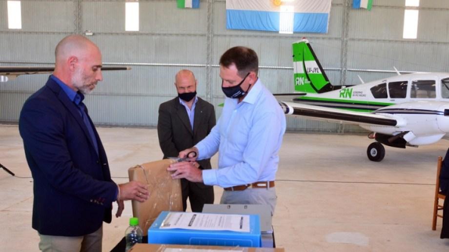 La apertura de sobres de la licitación se desarrolló en el Aeropuerto Gobernador Castello de la capital provincial. Foto: Marcelo Ochoa