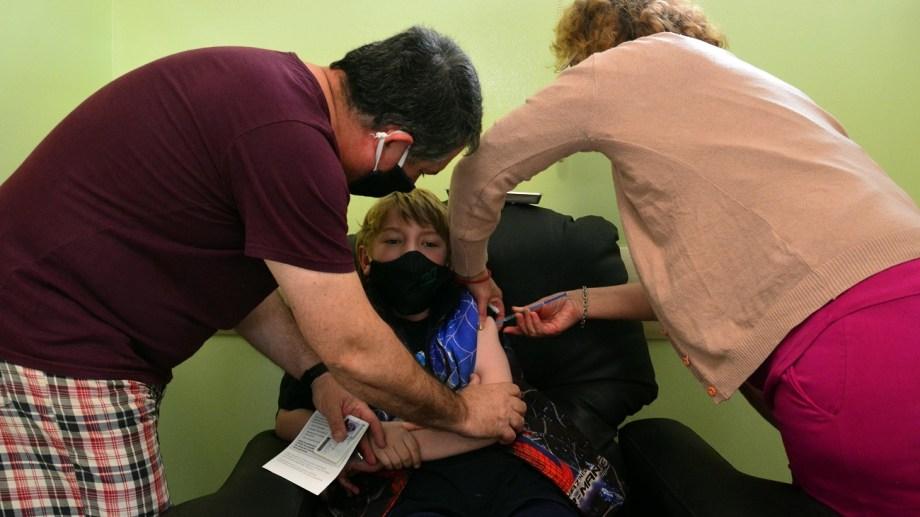 Los primeros en vacunarse lo hicieron en el vacunatorio del hospital Zatti. Foto: Marcelo Ochoa