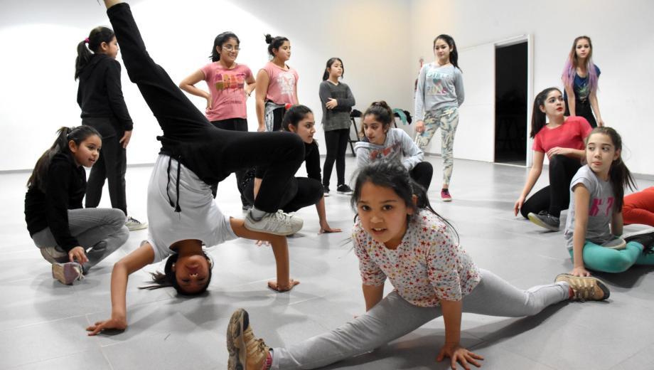 Niños y jóvenes se animan a bailar en el centro comunitario de barrio del  Trabajo.(Foto  miguel gambera ) 094ebb6b041