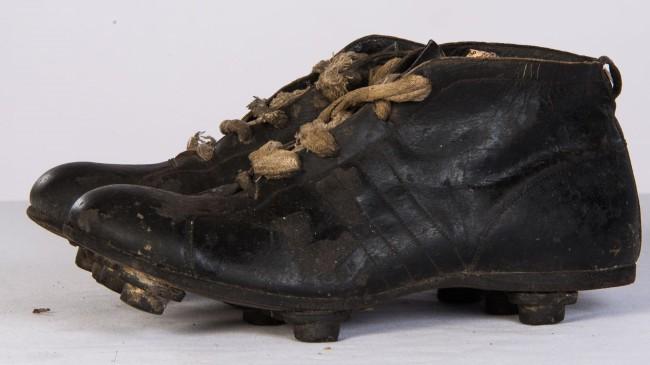 2e18f5dcfb Con un estilo similar al de un calzado diario al que le agregaron tapones, los  botines para el Mundial de 1938 fueron un poco más bajos que sus ...